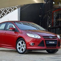 Ford Focus sedan: справа спереди