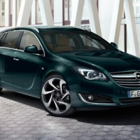 Opel Insignia Sports Tourer: спереди справа