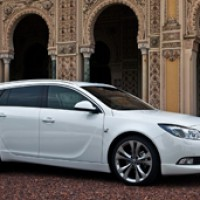 Opel Insignia Sports Tourer: справа сбоку