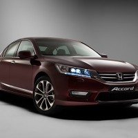 Honda Accord: справа спереди