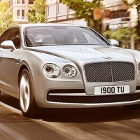 Bentley Flying Spur V8: спереди справа
