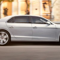 Bentley Flying Spur V8: справа сбоку